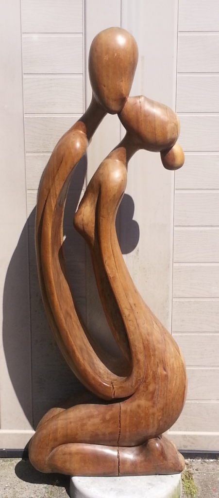 Deze afbeelding heeft een leeg alt-attribuut; de bestandsnaam is houten-paar-kussende-451x1024.png